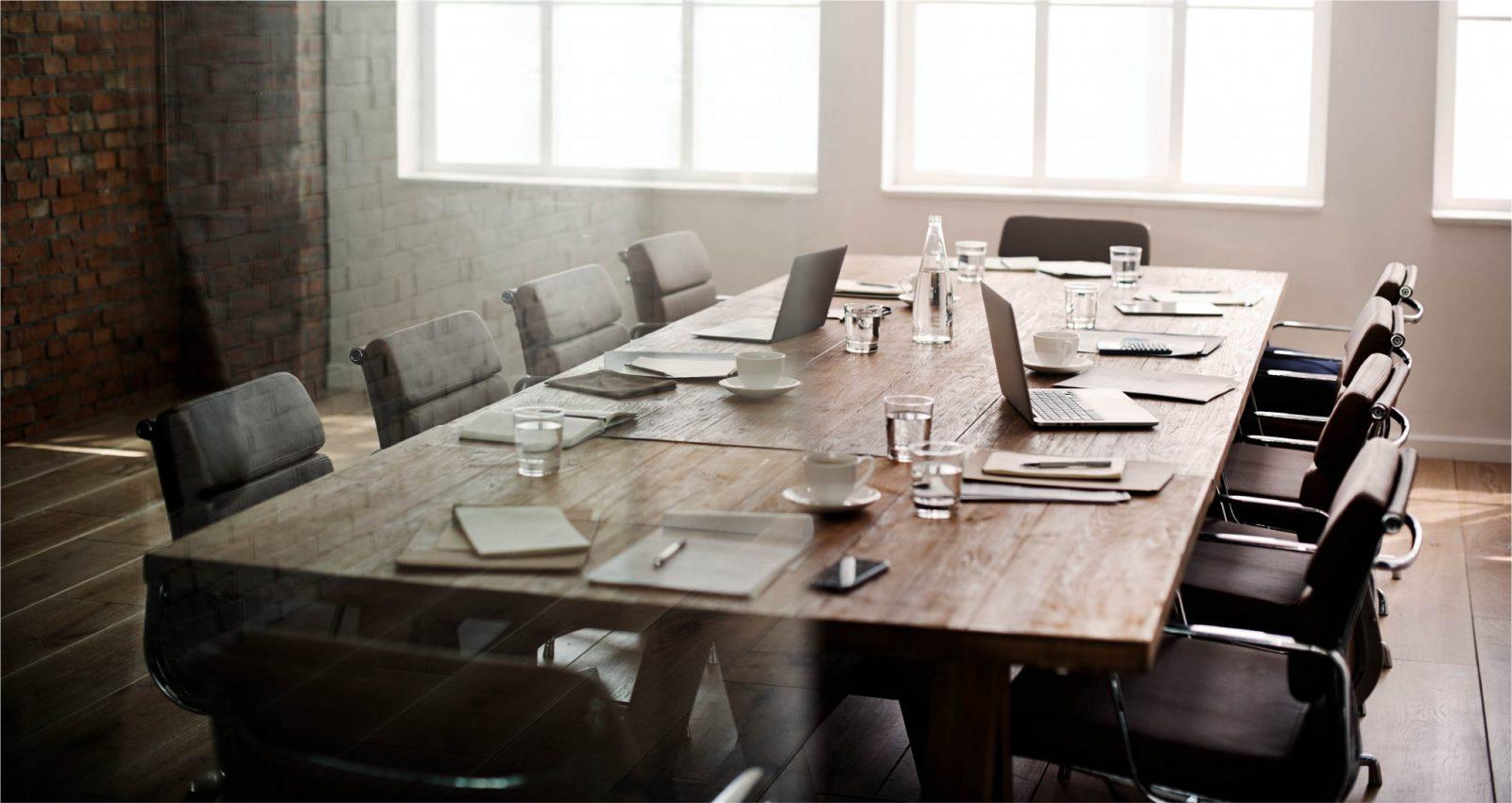 kokouspöytä varusteineen
