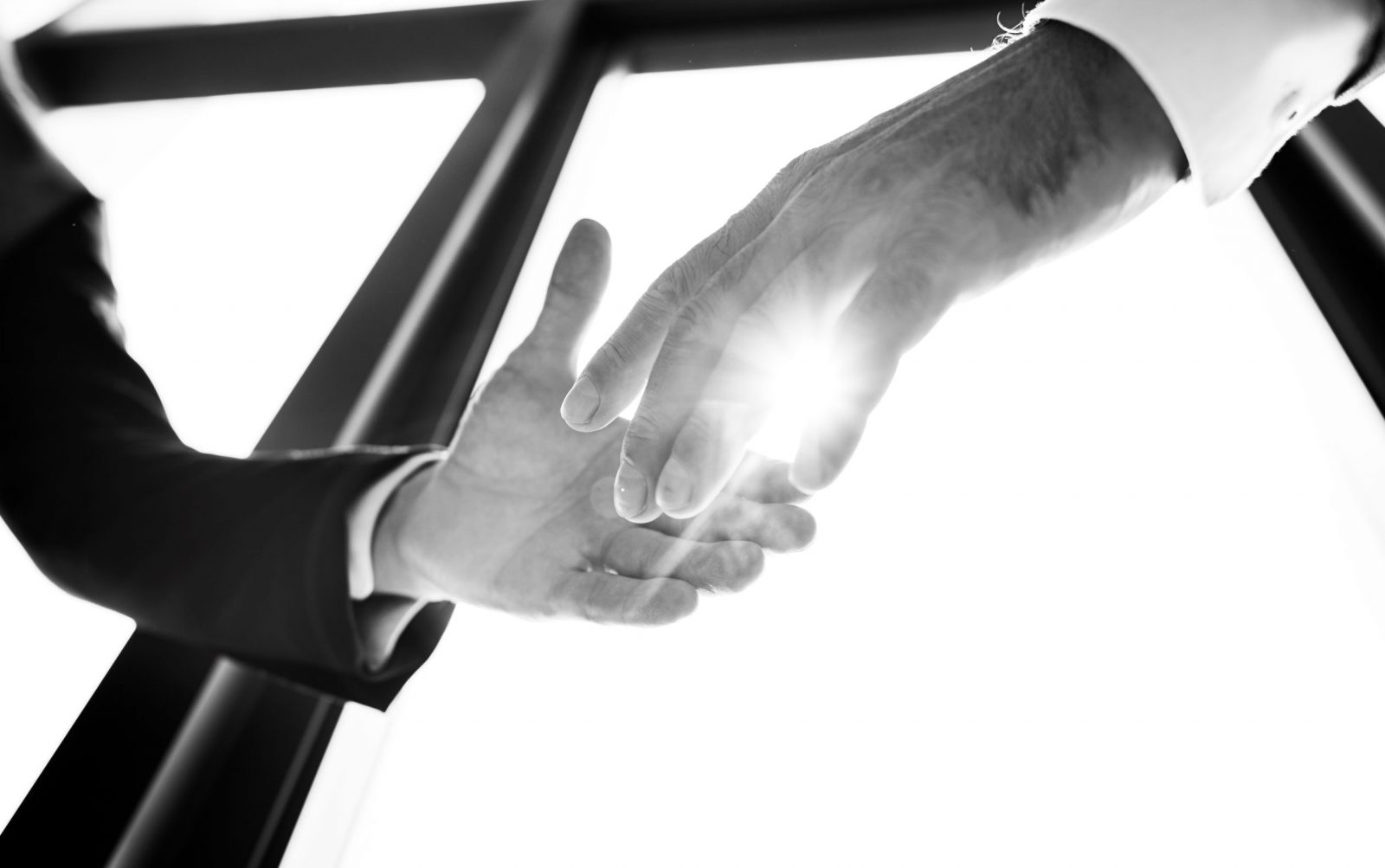 Män skakar hand