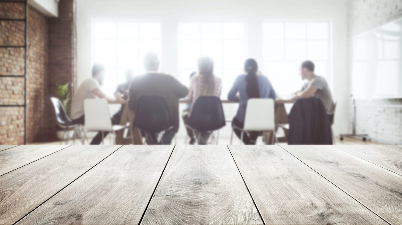 Träbord med möte i bakgrunden